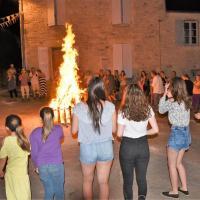 le feu de la St Jean, la ronde se forme